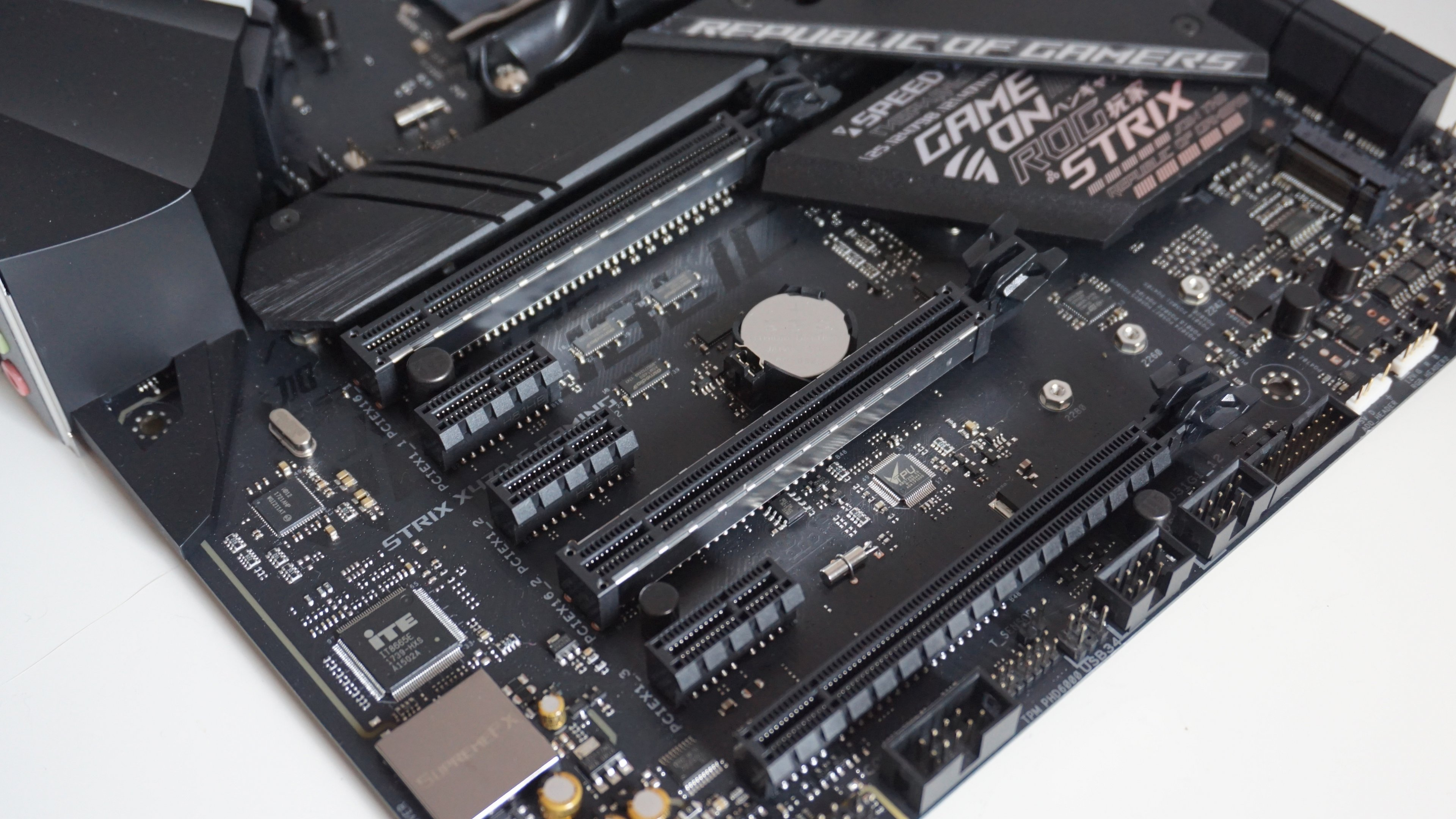 Asus-ROG-Strix-X470F-Gaming-PCIe (1).jpg