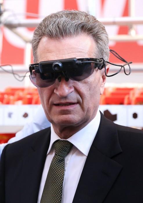 Klicke auf die Grafik für eine größere Ansicht  Name:Guenther_Oettinger_Brille_komplett-493x700.jpg Hits:605 Größe:69,5 KB ID:622740