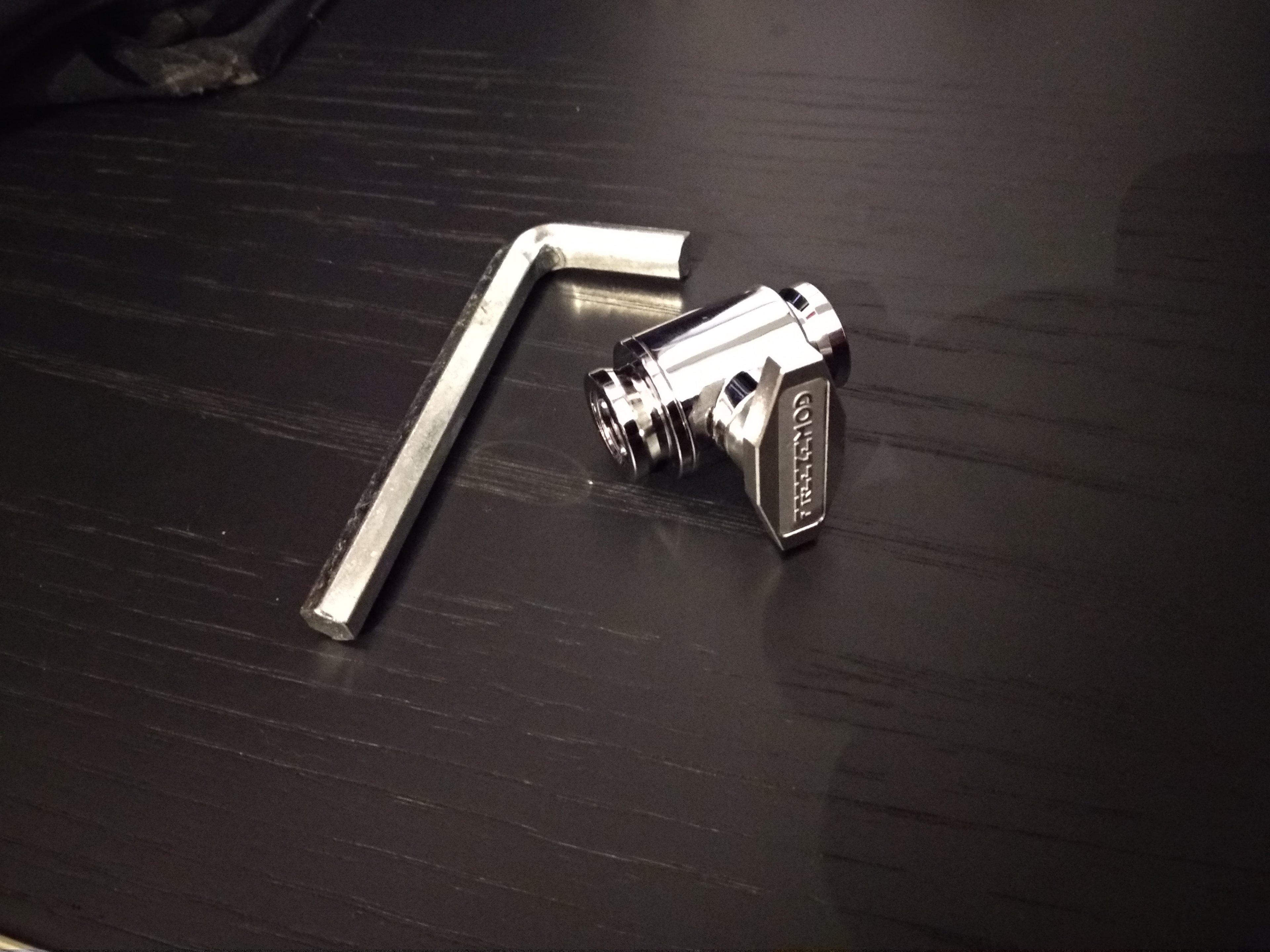 Verschlusshahn & Sechskantschlüssel.jpg